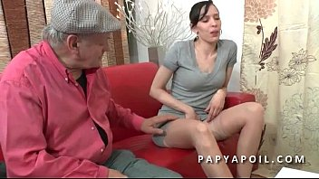 Papy se tape une grosse salope dans la salle d attente chez le doc