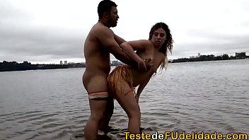 Loira gostosa transando na praia com amante