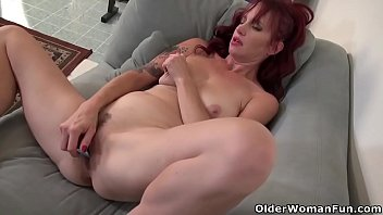 American milf Heidi gives her pussy a workout