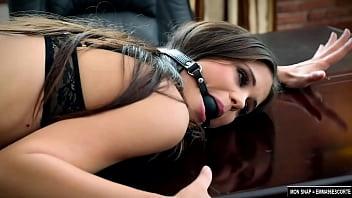 Baise hard-core avec mon employée qui me supplie de la baiser