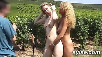 2 amatrices MILFS et le puceau dans les vignes