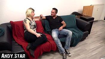 Ehefrau bläst fremden Schwanz und kriegt Sperma in die Haare Cuckold