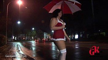 Mollige Lisa nackt auf der Strasse