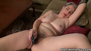 American milf Kelli is toying her hairy pussy