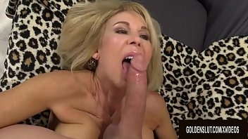 Smiley Grandma Erica Lauren Slides Her Aged Pussy up and down a Long Cock 8分钟