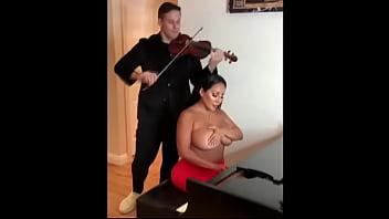 Enseñando a tocar el piano a la señora tetona