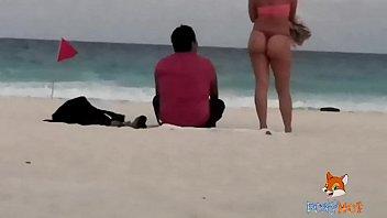 Exhibition public amateur - Mostrando el culo en tanga por la playa y calentando a hombres, solo dos se animaron a tocarme video completo en xvideos.red