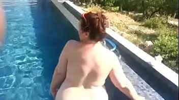 la grosse à la piscine