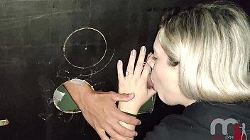 No último dia do ano a safada resolve ir a uma cabine gloryhole para foder mesmo estando com a buceta peluda. صورة