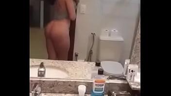 Tesuda se Exibindo na frente do espelho.