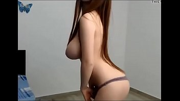 Vroča 19 letna punca pokaže svoje sexy obline pred spletno kamero