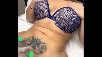 Depilación laser en la zona intima a milf tatuada mega nalgona.