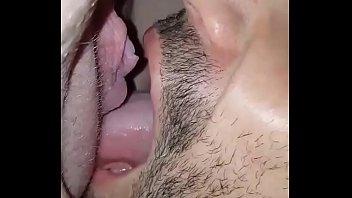 Женщина спускает свой сок парню в рот