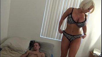 Hot Mom help Son - Alura Jenson Vorschaubild