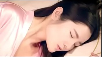 หนัง18+ แนวผู้หญิงกับผู้หญิง เลสเบี้ยนสาวสวยโดนทอมเอเชียหน้าหล่อปลุกขึ้นมาเลียหีตอนนอนหลับ เงี่ยนเก่งมากทอมคนนี้นอนอยู่ก็โดนจับเบิร์นหี