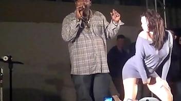 Image: MC Catra sem calcinha baile funk