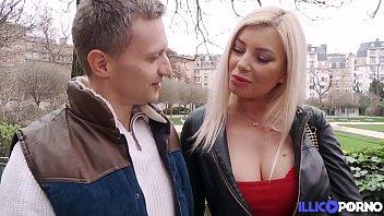 Stefania, magnifique blonde aux gros seins, est revenue se faire enculer