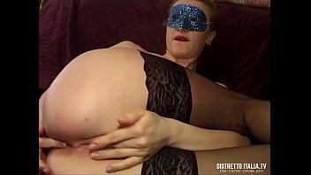 Moglie sola in casa si masturba e gode in autoreggenti e tacchi
