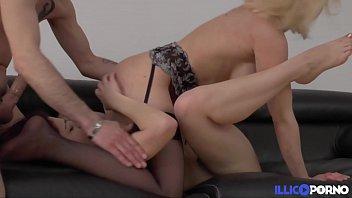Initiation lesbienne et sodomie sur une grosse dildo | blonde | amatrice | big-boobs