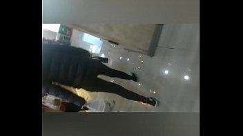 中国女大学生街拍,牛仔裤翘臀一扭一扭
