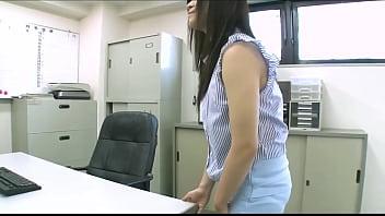 Se masturba con la mesa de la oficina