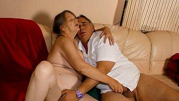 Branquinha gostosa e velha masturbando e metendo o macho