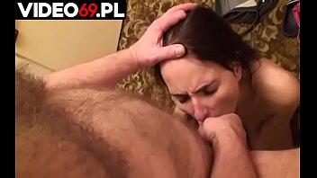 Polskie porno - Zboczony dziad rucha w buzię młodą sąsiadkę