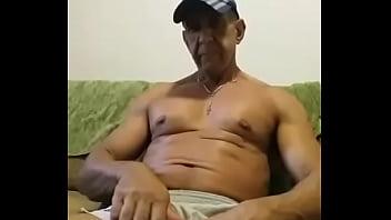 Coroa bem-dotado se masturbando no sofá