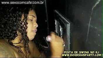 Sexy swinging parties - Jr doidera gravou a novinha gostosa carioca bibi werneck na festa de swing meteu na cabine com glory hole aberto