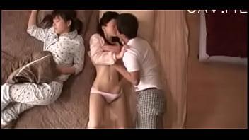 「隣で妹が寝てるのに…」義父が貧乳ロリ系美少女と近親相姦セックス