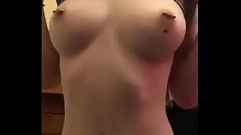 Novinha mostrando seios durinhos com piercing