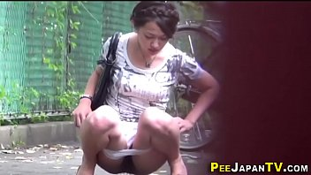 Desparation peeing - Asian teen pees outdoors