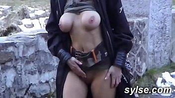 Milf Exhib avec gode en montagne et au sexshop entre copines