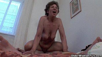Hairy granny loves anal sex Vorschaubild