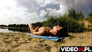 Polskie porno - Piękna naga dziewczyna, która uwielbia swobodę, wolność i miłość