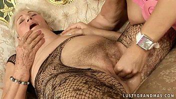 Старуха развращает свою дочку на лесбо секс