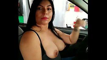 Alexxxa Milf se saca las tetas mientras la despachan en la gasolinera