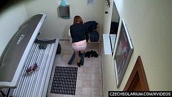Redhead Hottie Tannning in Public Solarium 9分钟