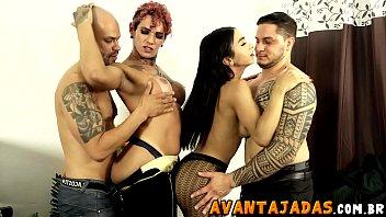 Festa de final de ano da firma acabou em orgia com as transex dotadas Yasmim e Sabrina