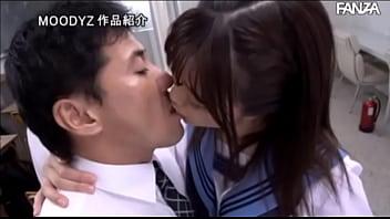 悪ノリ女子校生がキモ男のチンポを足コキご奉仕の学生系動画