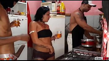 Em quanto Mike Hot estar na Cozinha fazendo comida, a puta da Danny Hot estar sendo fodida firme pelo dotado e faz ela gozar muito