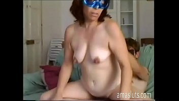 Mature woman in mask fucks with younger porno izle