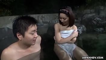 混浴露天風呂でハードなセックスを始めるカップル