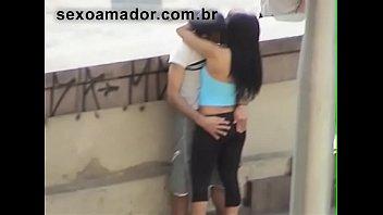 Amadores porn Vídeo amador flagra rapaz dando dedada na namorada em plena luz do dia no viaduto maria paula
