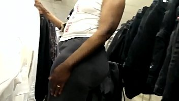 BIG BOOTY EBONY GILF SHOPPING CANDID