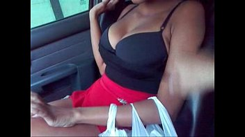 Peituda  mostrando os peitos no carro 17/02/2015