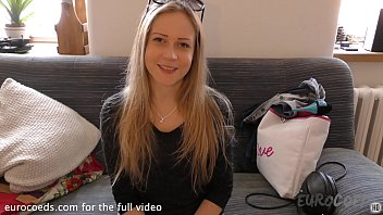 bubbly blonde doing her first ever nude shoot porno casting couch exploited teen girl 12分钟