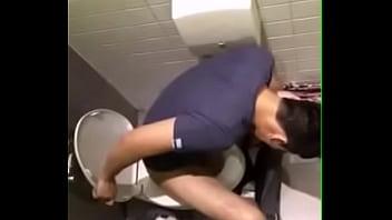 หลุดคาส้วม ดิว เดอะสตาร์ 9 นั่งขี้ เห็นควยชัดๆ โดนมือดี แอบถ่ายคลิปในห้องน้ำห้างดังย่านรัชดา