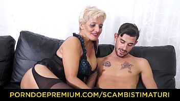 SCAMBISTI MATURI - Hardcore ass fucking with Italian blonde granny
