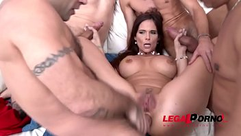 La milf intensa Syren De Mer oscilla con i Big Cocks - 5on1 DAP